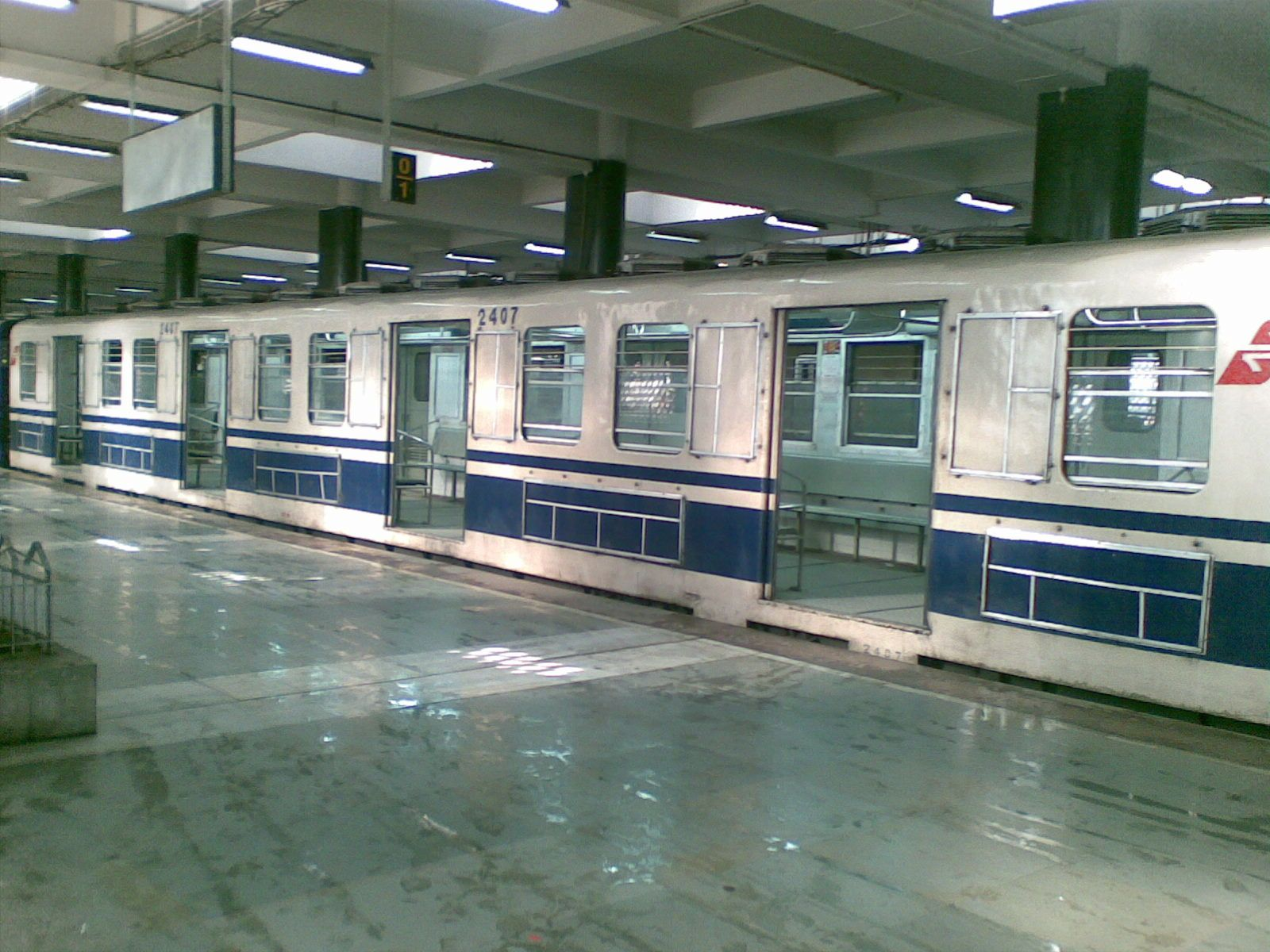 kolkata-metro-train-at-station